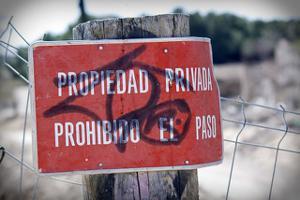 sign reads propiedad privada prohibido el paso